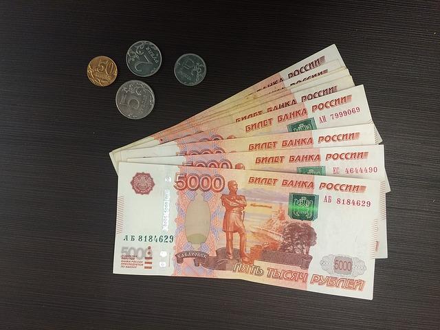 vějíř bankovek, rubly